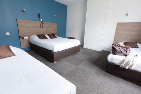 Chambre familiale avec vue sur un lit double et 2 lits simples