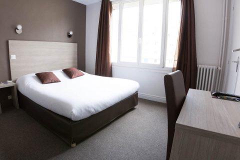 Chambre double confort avec lit double et bureau