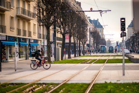 Vue tramway face a l'hotel du chateau caen