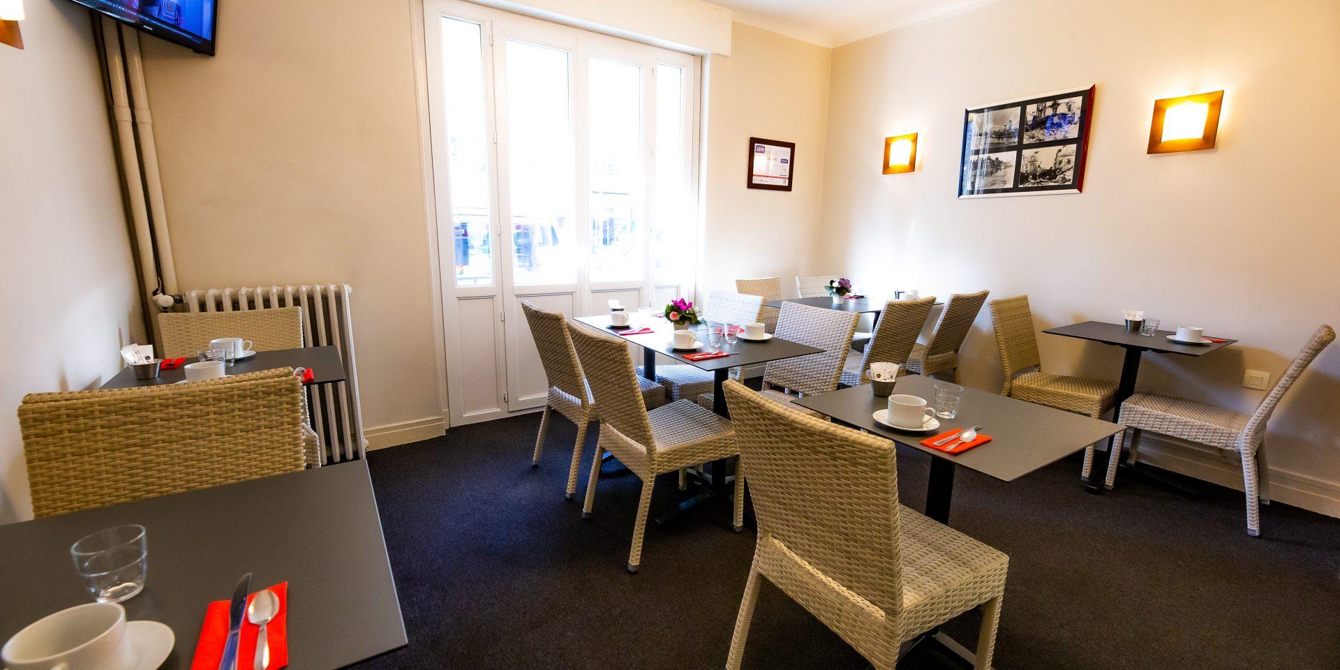 Nous disposons d'un salon petit déjeuner qui est servi à table avec des tables de un a 6 personnes avec une vue sur l'avenue du 6 Juin.