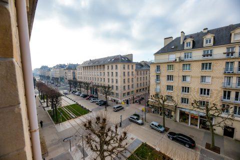 Vue de l'avenue du 6 juin d'une chambre familiale de l'hôtel du Château de Caen