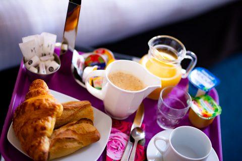 Petit déjeuner servie en croissant et boisson chaude