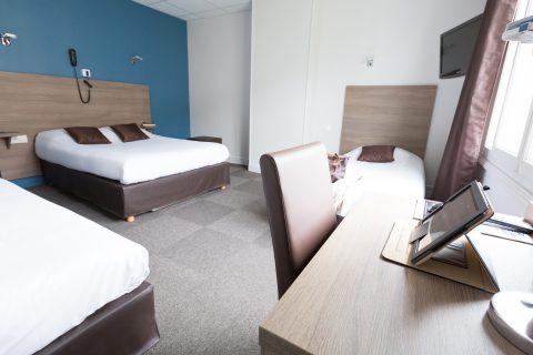 Chambre familiale lit double et 2 lit simple