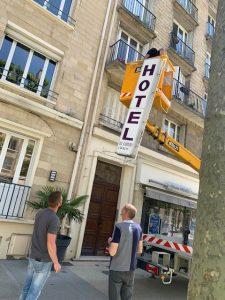travaux-facade-demontage-panneau-hotel